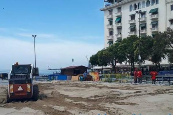 Απίστευτες εικόνες: Η πλατεία Αριστοτέλους μεταμορφώνεται σε...γήπεδο beach volley!