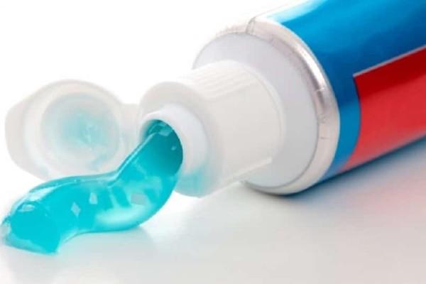 Γιατί πρέπει να βάζεις οδοντόκρεμα στα ρούχα και στα παπούτσια σου