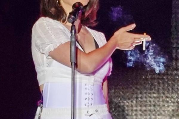 Η πασίγνωστη τραγουδίστρια που ανέβηκε στη σκηνή καπνίζοντας! (photos)
