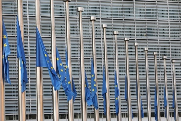 Βρυξέλλες: Μεσίστιες οι σημαίες στα γραφεία της Κομισιόν για την τραγωδία στην Ελλάδα!