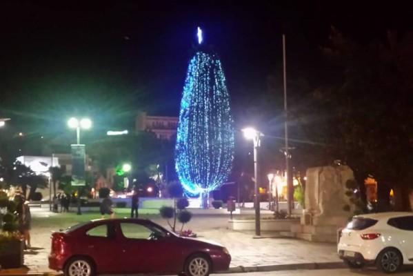 Θεούληδες: Σε ποια ελληνική πόλη άναψαν Χριστουγεννιάτικο δέντρο τον Ιούλιο;
