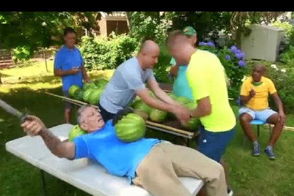 Ο «νίντζα» των καρπουζιών που έγινε viral! -Τα κόβει πάνω στην κοιλιά του με σπαθί! (Video)
