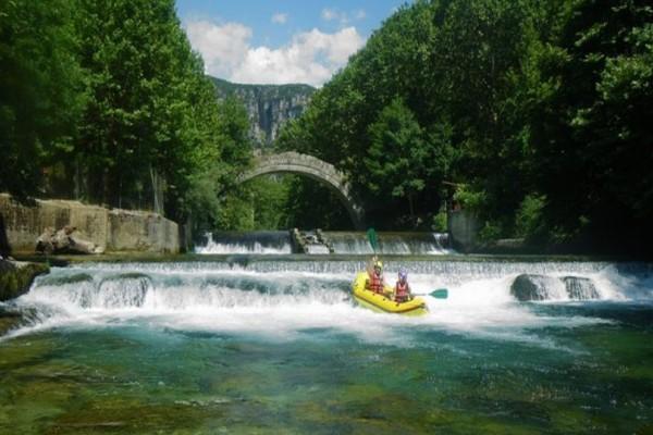 10 δημοφιλείς προορισμοί στην Ελλάδα για ράφτινγκ και canyoning!