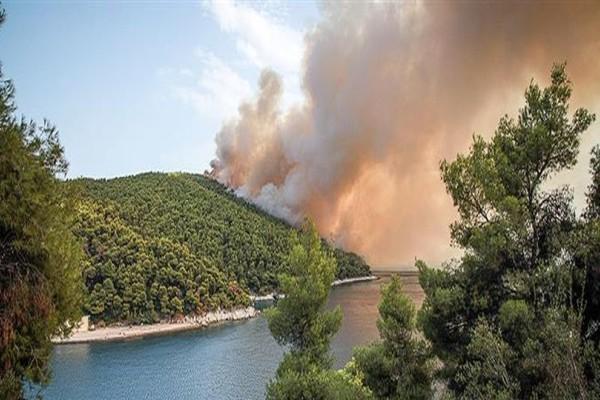 Μαίνεται η ισχυρή πυρκαγιά στην Σκόπελο! (photos)