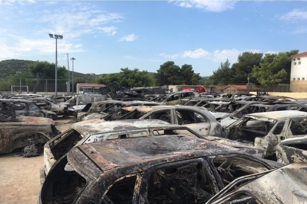 Το γήπεδο της Θύελλας Ραφηνας έχει μετατραπεί σε... νεκροταφείο αυτοκίνητων! (Photo)