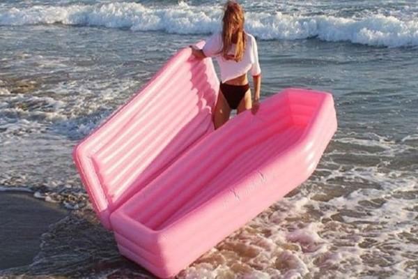 Πέρσι τα φλαμίνγκο φέτος τα... φέρετρα! Το νέα στρώματα θαλάσσης που θα κατακλύσουν τις παραλίες!