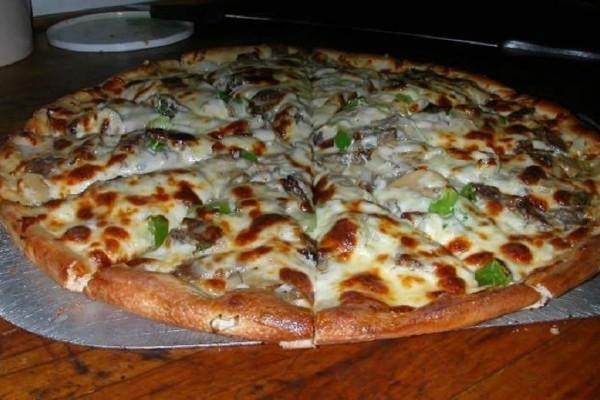 Πίτσα με 4 τυριά, δεντρολίβανο και ελιές! (Video)