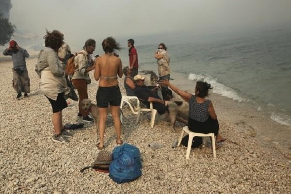 Αποπνικτική η ατμόσφαιρα στην Κινέτα! - Απελπισμένοι κάτοικοι εγκλωβισμένοι στην παραλία!