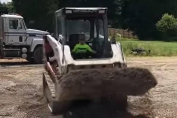 Ο πιτσιρικάς που έγινε αμέσως viral! - Χειρίζεται για… πλάκα ερπυστριοφόρο φορτωτή! (Video)