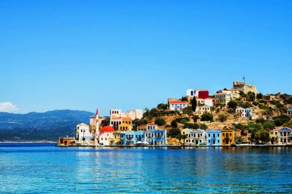 Το πολύχρωμο ελληνικό νησί που δεν χρειάζεσαι ούτε ξαπλώστρα ούτε αυτοκίνητο! (photos+video)