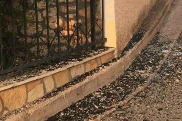 Απίστευτο περιστατικό στην Κόρινθο: Τουριστικό λεωφορείο «σφήνωσε» σε σπίτι (Photos)