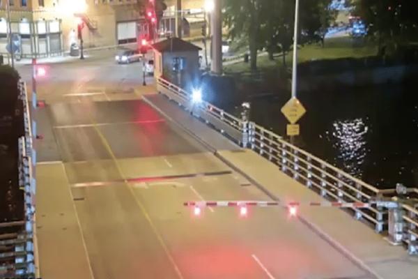 Απίστευτο κι όμως αληθινό: Ποδηλάτισσα παραβίασε τις μπάρες κινητής γέφυρας και το πλήρωσε ακριβά! (video)
