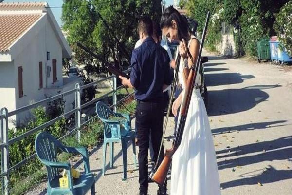 Κεφαλονιά: Νύφη πήγε με... καραμπίνα στον γάμο της!