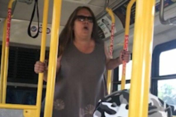 Ρατσιστικό παραλήρημα γυναίκας σε λεωφορείο! (video)