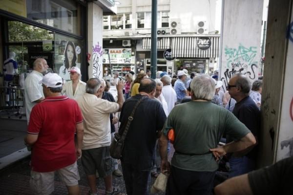 Συγκέντρωση διαμαρτυρίας συνταξιούχων έξω από τα γραφεία του ΕΦΚΑ!
