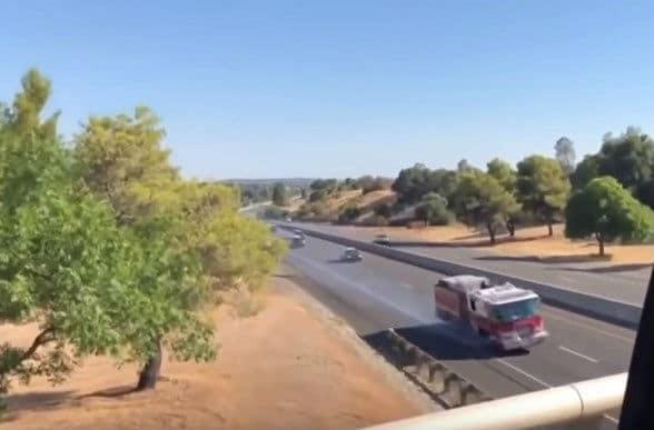 Επική καταδίωξη! Ζευγάρι έκλεψε πυροσβεστικό όχημα (video)