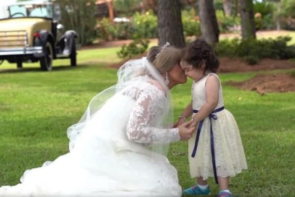 Ιστορία που συγκινεί: Έγινε παρανυφάκι στον γάμο της γυναίκας που της έσωσε τη ζωή (video)