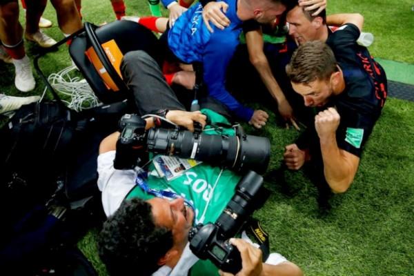 Μουντιάλ 2018: Φωτογράφος έπεσε «θύμα» των Κροατών - Τον πλάκωσαν, αλλά αυτός… έβγαλε μοναδικά στιγμιότυπα (video)