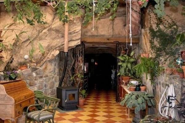 Μένει με τον άνδρα της σε μια σπηλιά: Μόλις δείτε το εσωτερικό της θα πάθετε πλάκα! (video)