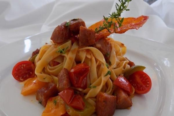 Ταλιατέλες με πικάντικη σάλτσα από λουκάνικα