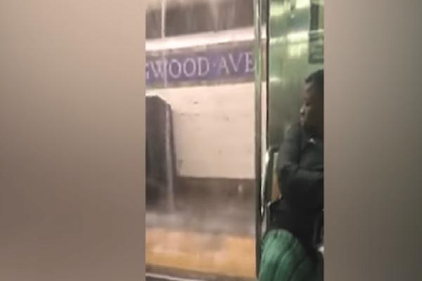«Βούλιαξαν» οι σταθμοί του μετρό στη Νέα Υόρκη! (Video)