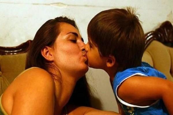 Παιδοψυχολόγος εξηγεί: Δείτε τι συμβαίνει όταν φιλάτε το παιδί σας στο στόμα!