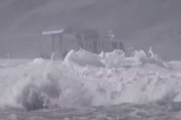 Βίντεο σοκ: Τεράστιο κύμα αναποδογυρίζει σκάφος!