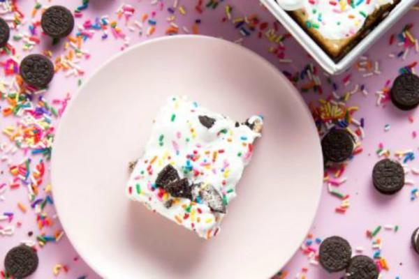 Φτιάξε το πιο λαχταριστό κέικ με cookies και κρέμα (video)