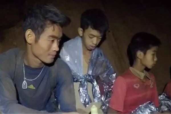 Ταϊλάνδη: Οι 12 μικροί ποδοσφαιριστές θρηνούν για τον δύτη που πέθανε