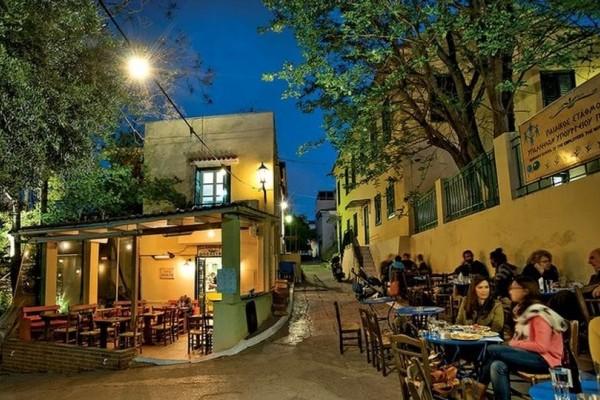 Καλοκαίρι στην Αθήνα σε… πεζόδρομους και σκαλάκια: Αγαπημένα στέκια στο κέντρο που βγάζουν τραπεζάκια έξω!