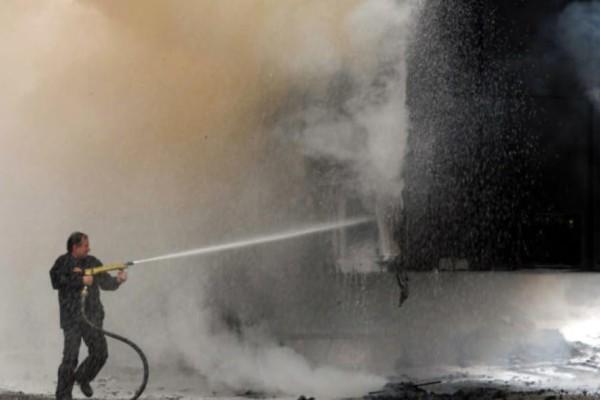 Μεγάλη φωτιά σε φορτηγό: Εκρήξεις στην Εθνική Οδό! (video)