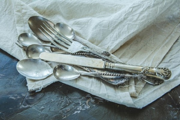 Ένα εύκολο κόλπο για να καθαρίσεις και να γυαλίσεις τα ασημένια μαχαιροπίρουνα!