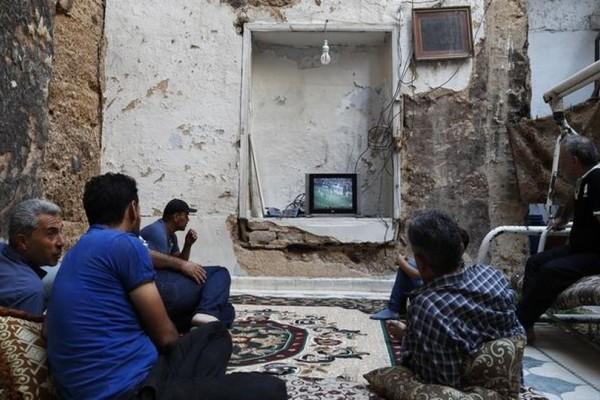 Συγκλονιστικές εικόνες: Είδαν τον τελικό του Μουντιάλ σε βομβαρδισμένο σπίτι στην Συρία! (photos)