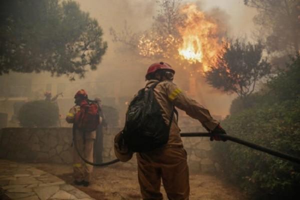 Ανεξέλεγκτη καίει η φωτιά στην Κινέτα: Εκκενώθηκαν τρεις οικισμοί! - Στις φλόγες τυλίχθηκαν σπίτια! (Photo & Video)