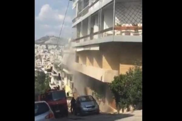 Φωτιά σε γκαράζ στην Αθήνα! - Κάηκαν δύο αυτοκίνητα! (Video)