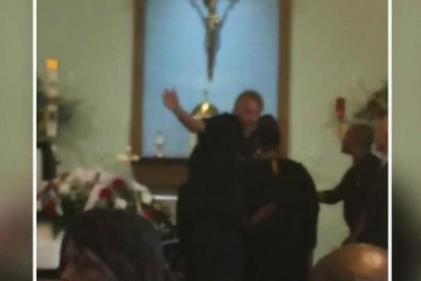 Σάλος με ιερέα σε παροξυσμό που πετάει έξω από «το ναό του» τα παιδιά γυναίκας που κηδευόταν! (video)