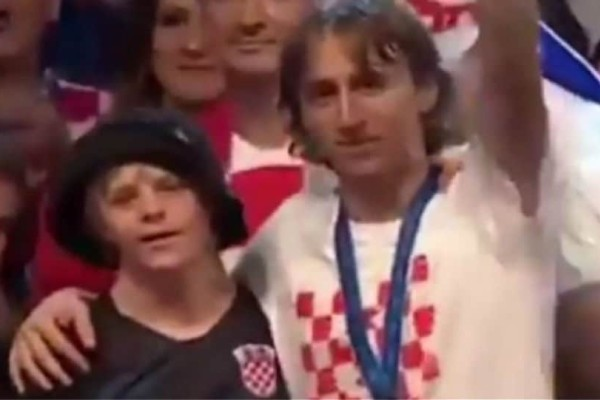 Μουντιάλ 2018: Ο Μόντριτς πανηγύρισε με παιδάκι με σύνδρομο Down (photos)
