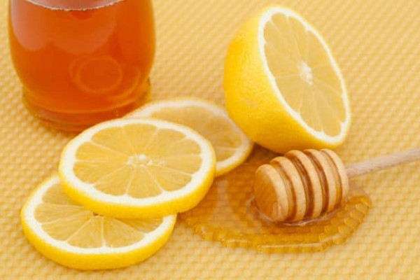 Θες λαμπερή επιδερμίδα; Φτιάξτε μόνη σου μάσκα προσώπου με μέλι και λεμόνι!