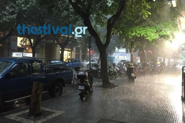 Θεσσαλονίκη: Άνοιξαν οι ουρανοί! Καταρρακτώδης βροχή και χαλάζι μέσα σε λίγα λεπτά (videos)