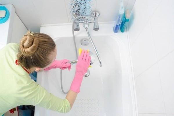 Τι πρέπει να αποφύγετε: Αυτό είναι το μεγαλύτερο λάθος που κάνετε όταν καθαρίζετε την μπανιέρα! (Video)