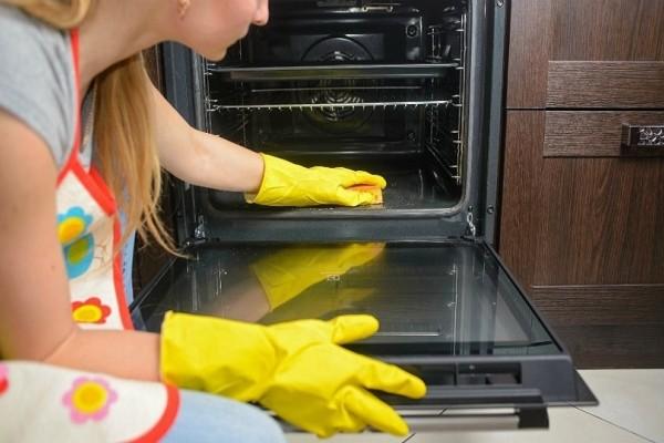 Δώστε βάση: Αυτός είναι ο πιο υγιεινός τρόπος για να καθαρίσετε τον φούρνο σας!