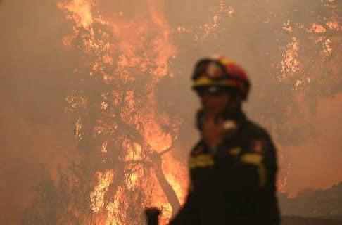 Σε εξέλιξη η πυρκαγιά στους Αγ. Θεοδώρους -Εχουν εκκενωθεί προληπτικά οικισμοί στην Κορινθία