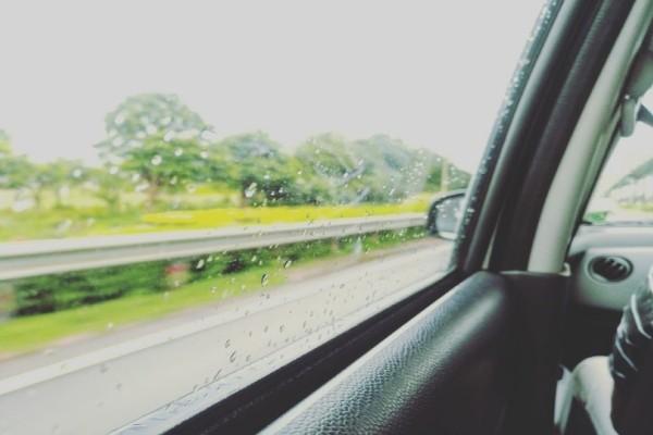 Απίστευτο: Δείτε τι έπαθε μόλις κατέβασε το παράθυρο του αυτοκινήτου ενώ έβρεχε! (Video)