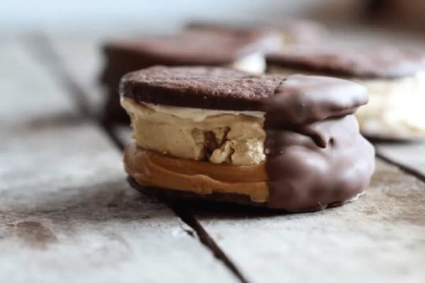 Φτιάξε τα πιο λαχταριστά μπισκότα-σάντουιτς με σοκολάτα και φυστικοβούτυρο (video)