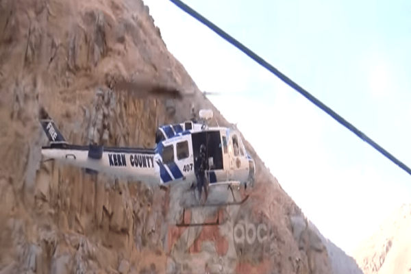 Τρομακτικό βίντεο: Άνδρας παγιδεύτηκε σε βράχο στη μέση μανιασμένου ποταμιού!