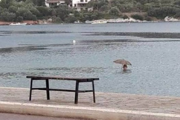 Τι άλλο θα δούμε πια; - Στη Μαγνησία κολυμπάνε στη θάλασσα με την… ομπρέλα!