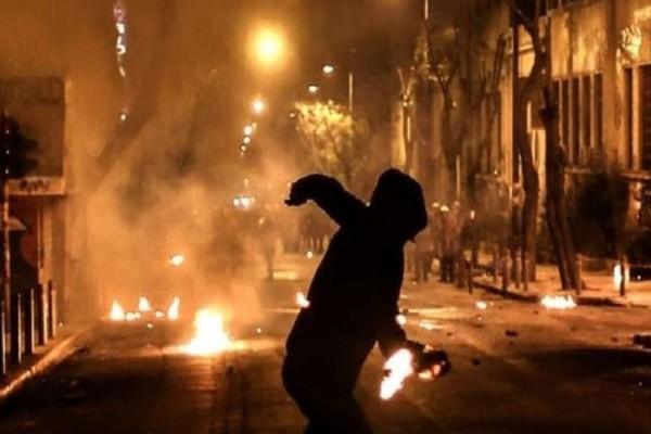 Επεισοδιακή νύχτα: Επίθεση με μολότοφ και πέτρες σε διμοιρία των ΜΑΤ στην Πατησίων