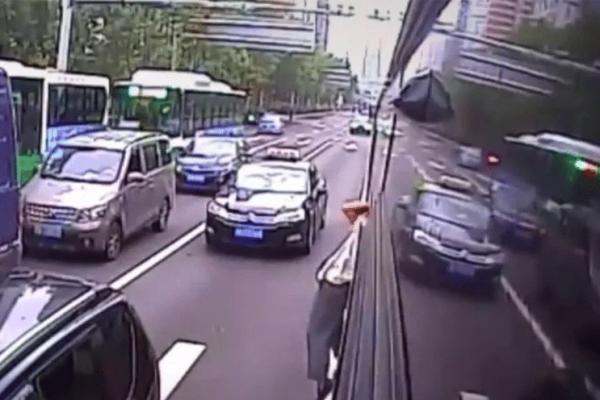 Αδιανόητο περιστατικό! Ανυπόμονος άνδρας βγήκε από το παράθυρο λεωφορείου (video)