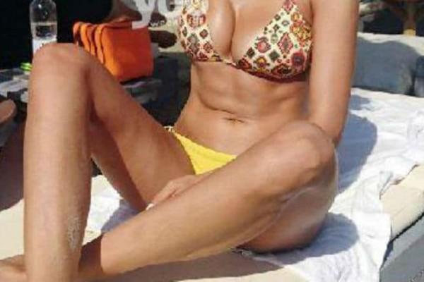 Πρώην παίκτρια του Survivor ανέβασε την θερμοκρασία με το κορμί της σε παραλία της Σύρου!