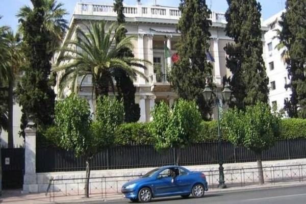 Οπαδοί του Πανιωνίου σήκωσαν πανό έξω από την ιταλική πρεσβεία!